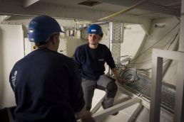 Erfahrungsaustausch unter Deck zwischen dem Bauleiter Christophe Hirs (links) und dem Auszubildenden Timothé Mooser, Automatiker im 4. Lehrjahr.